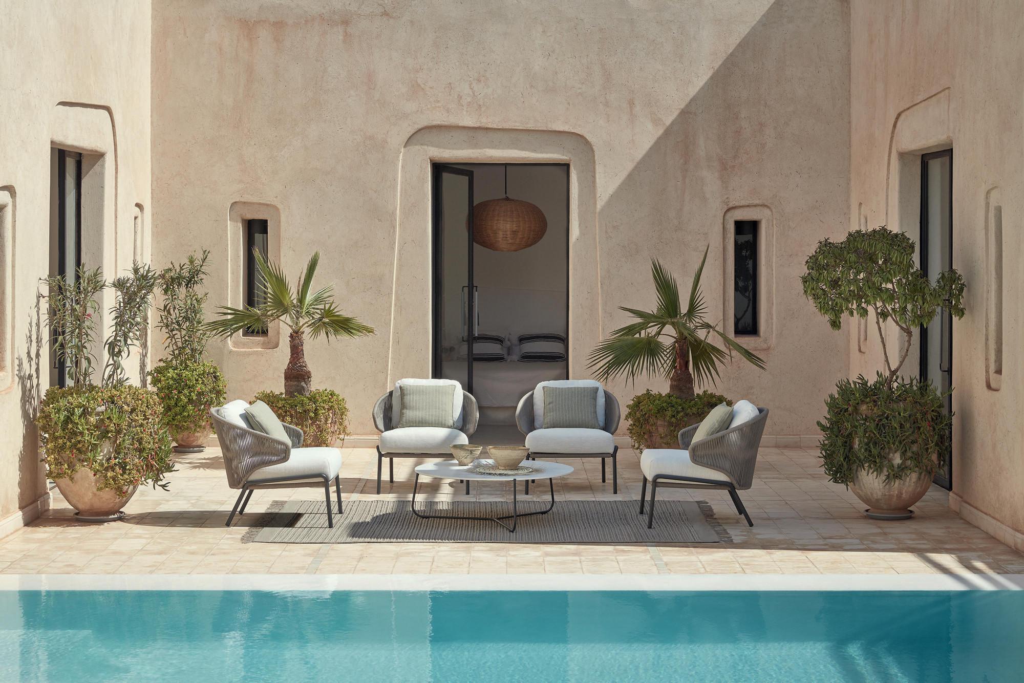 Radius Lounge-Sessel mit Mood Beistelltisch auf kleiner Terrasse
