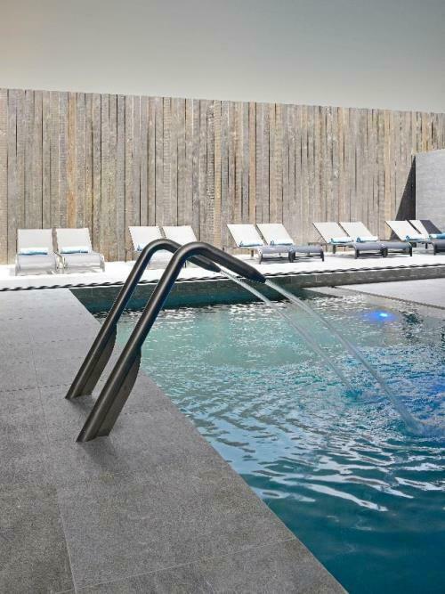 Ligstoelen aan het zwembad