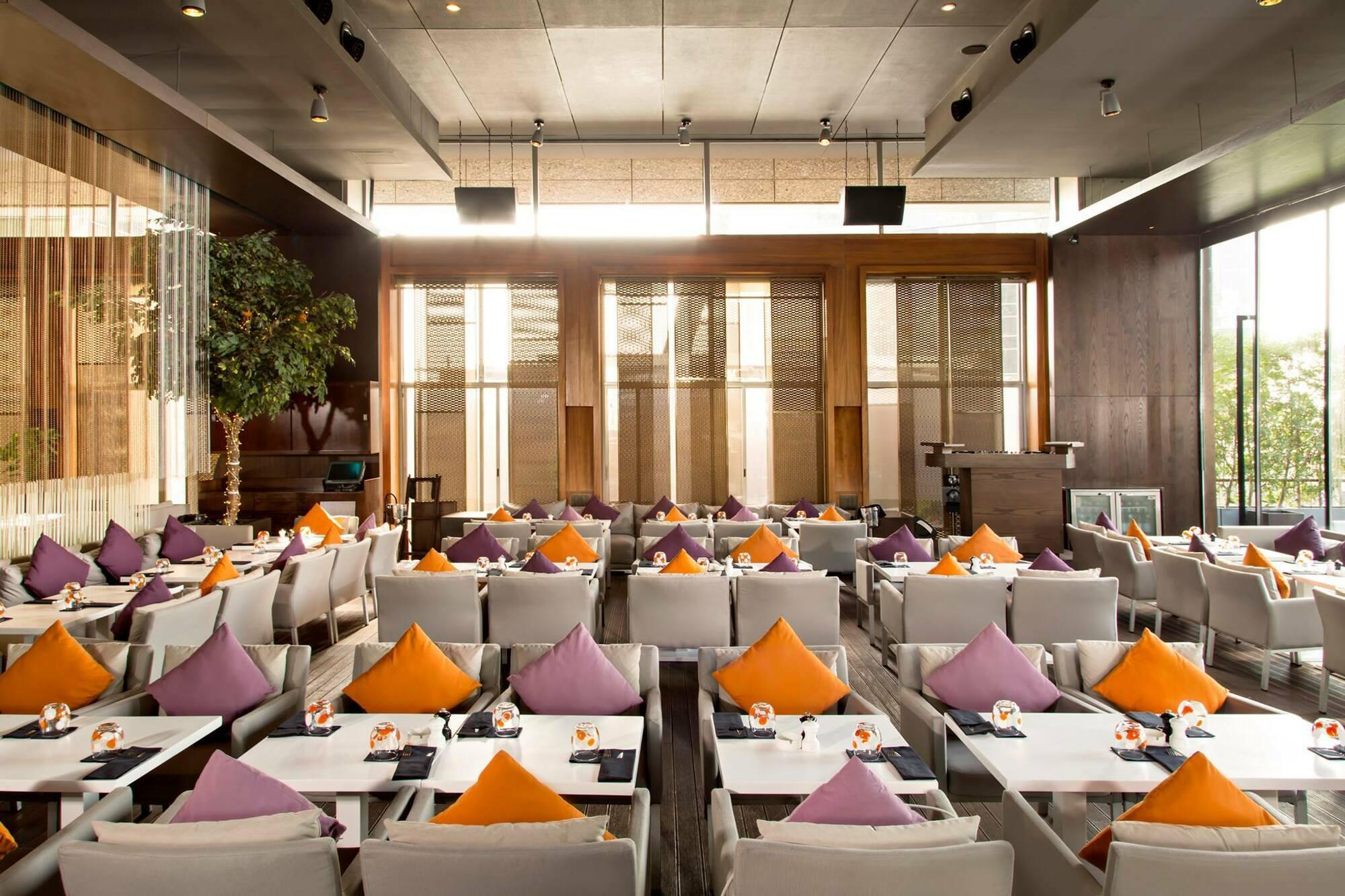 Restaurant met meubilair
